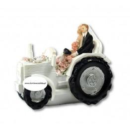 Para Młoda na traktorze